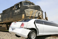 Siêu xe Limousine bị tàu hoả kéo lê hàng trăm mét