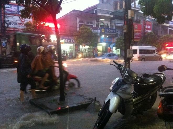 Quảng Ninh ngập nặng, CSGT dầm mưa đẩy xe