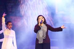 NSND Thanh Hoa hát tri ân các anh hùng liệt sĩ