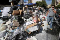 Chính quyền cãi nhau, thủ đô ngập ngụa rác thải