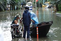 Dập dềnh thuyền máy chở xe qua nước lũ ở Quảng Ninh