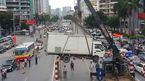Hà Nội: Cảnh nhấc bổng xe tải mắc kẹt trên cầu vượt