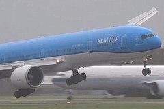 Xem máy bay hạ cánh ngoạn mục trong bão lớn