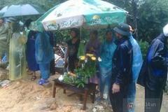 Nước mắt hòa lẫn nước mưa ở nơi sạt lở vùi lấp 9 người trong một gia đình