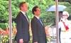 Thủ tướng Anh đến Hà Nội giữa trời mưa to