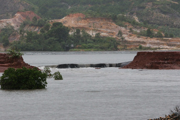 Mưa lũ gây vỡ hồ thải xỉ nhiệt điện Quảng Ninh