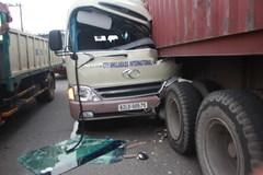 Sau cú tông đuôi xe container, phá cửa cứu tài xế kẹt trong cabin