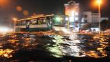 Đường phố Sài Gòn ngập nặng sau mưa dông