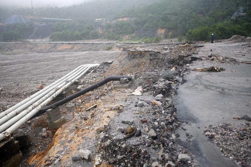 Xe ben bị vùi ngập trong đất thải sạt lở ở Quảng Ninh