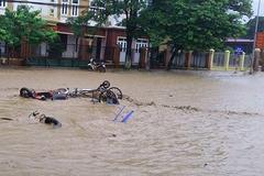 Vỡ đập ở Điện Biên, xe máy trôi khắp thị trấn