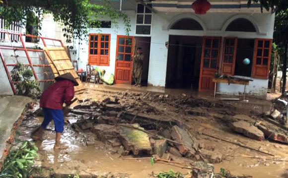Vỡ đập ở Điện Biên, xe máy trôi khắp thị trấn - 8
