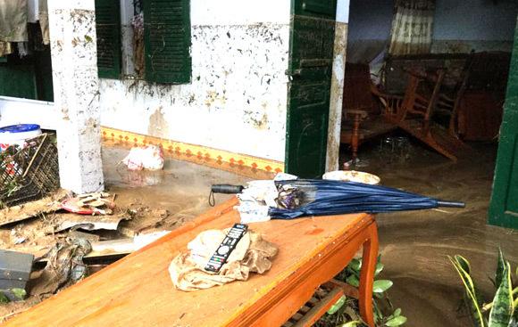 Vỡ đập ở Điện Biên, xe máy trôi khắp thị trấn - 11