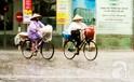 Những sắc màu phố phường Hà Nội trong cơn mưa lớn
