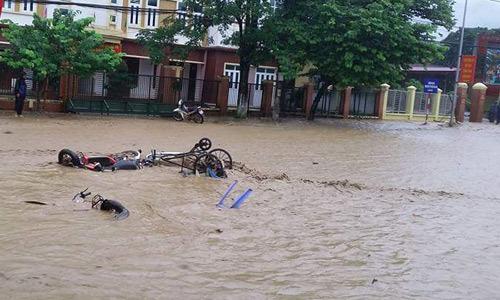 Thời sự trong ngày: Vỡ đập, xe máy trôi khắp thị trấn