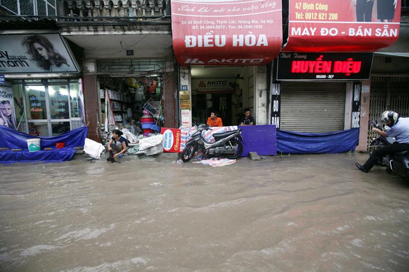 Mưa lũ lịch sử: Phá đập cứu 500 hộ dân bị ngập - 4