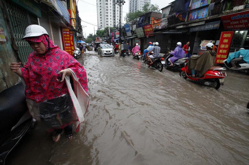 Mưa lũ lịch sử: Phá đập cứu 500 hộ dân bị ngập - 3