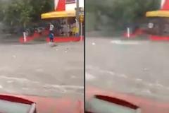 Thiếu nữ bất cẩn bị nước lũ cuốn trôi