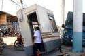 Xe tải húc đổ trạm thu phí, nhân viên bán vé suýt mất mạng