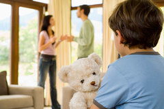 Chồng viên chức trốn nghĩa vụ nuôi con, tôi phải làm sao?