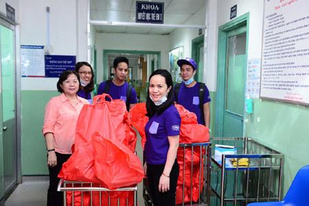 Hàng trăm phần quà cho bệnh nhi hiểm nghèo