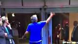 """Khi Mourinho """"biếu"""" huy chương cho khán giả"""
