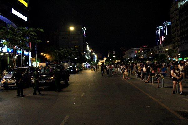 Phố đi bộ Sài Gòn náo loạn vì 2 cô gái