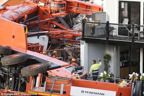 Cần cẩu đổ sập xuống khu dân cư làm 20 người bị thương