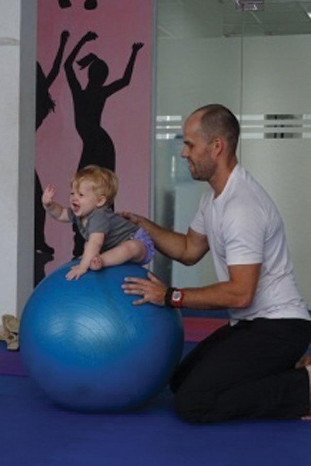 Bài tập thể dục cho bé từ 6-12 tháng tuổi