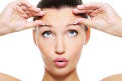 Những thói xấu khiến gương mặt nhanh già hơn