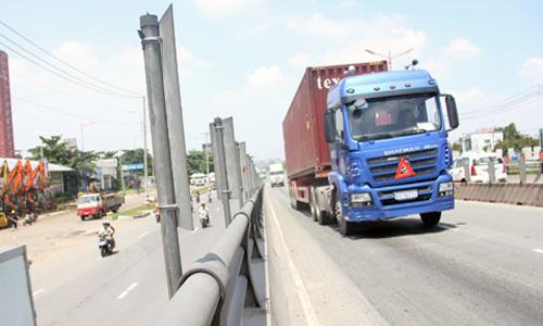 Cầu vượt thép đầu tiên ở Sài Gòn lại bị lún