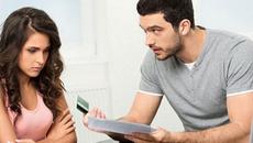 Thâm hụt tiền trong két, chồng nghi vợ đem tiền cho nhà ngoại