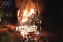 Xe khách bốc cháy do đâm xe tải, 8 người thương vong