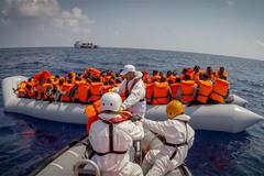 Tàu chở hàng trăm người chìm ngoài khơi Libya