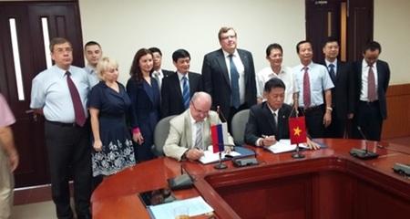 Việt Nam, Nga ký kết nhà máy điện hạt nhân đầu tiên