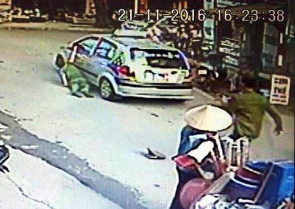 Lái xe taxi kéo lê cảnh sát trên đường vì sợ phạt