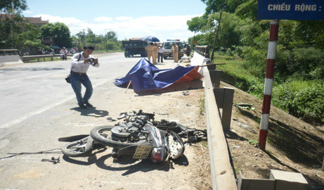 tai nạn, ô tô tông xe máy, gãy đôi, tử vong, Hà Tĩnh