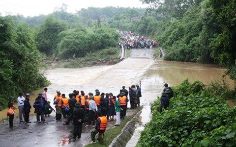 sinh mạng, cây cầu, tràn Khe Ang, Nghệ An, xe bị lũ cuốn, Innova