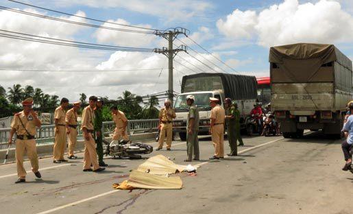 đôi nam nữ, chết thảm, trên cầu, va chạm, tai nạn, xe tải