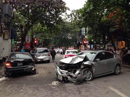 xế hộp, 'nổi điên', tai nạn, liên hoàn, Bà Triệu, Hà Nội