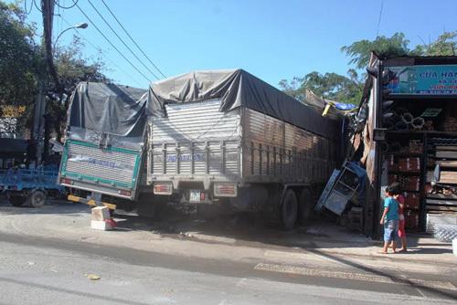 tai nạn, xe tải, Bình Chánh, sập nhà