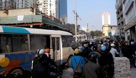 xe bus, sập giàn giáo, hố ga