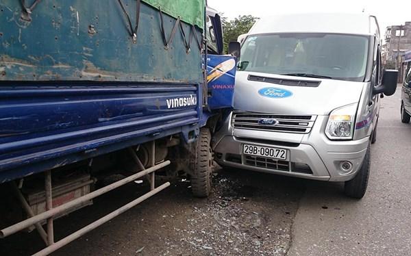 tai nạn, sửa xe, thay lốp, xe tải, xe khách