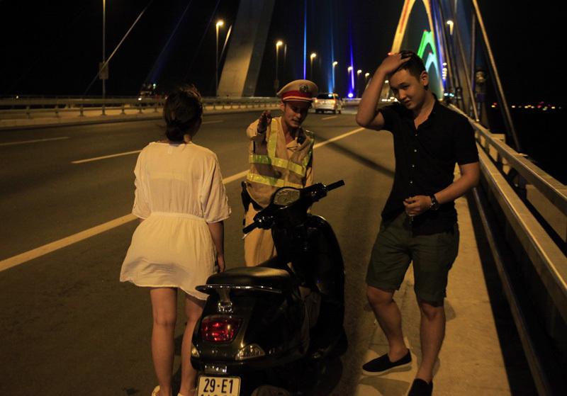 hình ảnh lạ, cầu Nhật Tân, nam thanh nữ tú, Hà thành, hóng gió, thành cầu